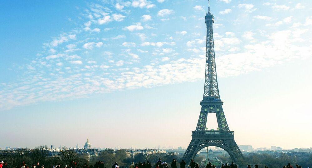Photos: Un bout de la tour Eiffel cherche preneur