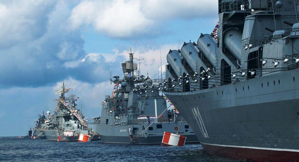 Des navires militaire russe lors d'un défile militaire  (image d'illustration)
