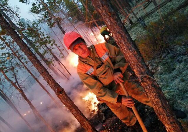 Écran de fumée: extinction des feux de forêt en Iakoutie