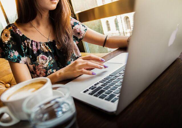 Femme devant un ordinateur
