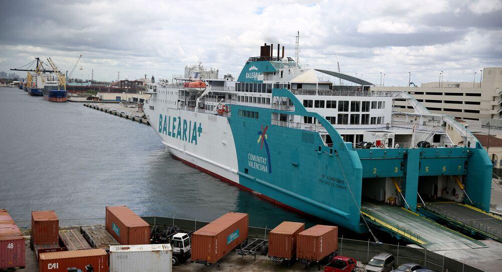 Le ferry Balearia au large d'un port