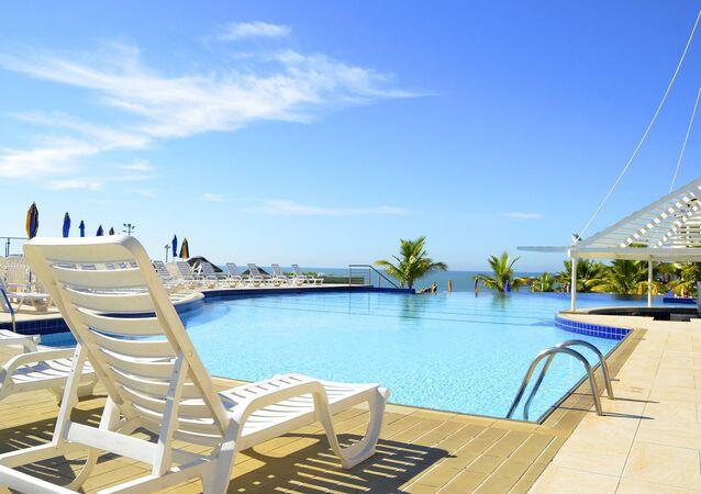 Une piscine d'un hôtel