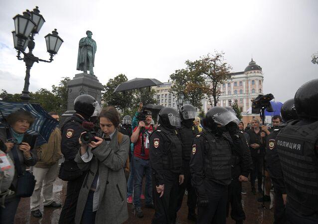 Des policiers et des journalistes lors d'une manifestation non autorisée au centre de Moscou, 3 août 2019