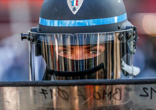 Une policière française lors des manifestations des Gilets jaunes