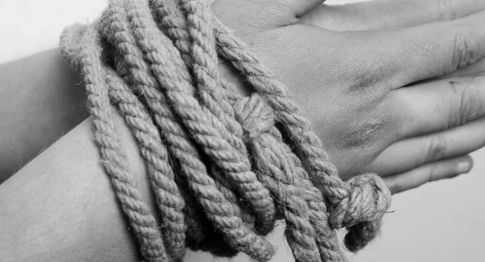 mains liées par une corde, image d'illustration