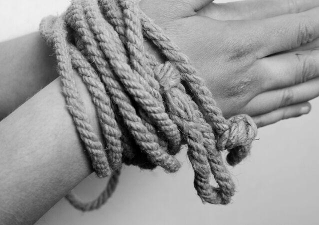 mains liées par une corde