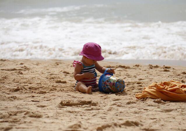 un enfant sur la plage, image d'illustration