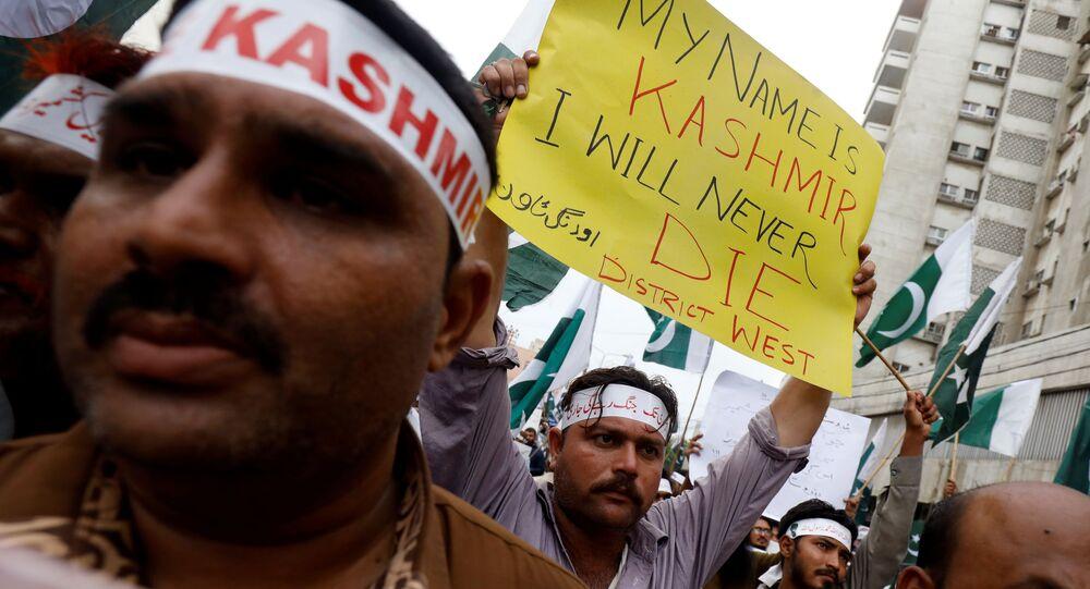 Plusieurs personnes munies de pancartes lors d'un rassemblement de solidarité avec les habitants du Cachemire, à Karachi, au Pakistan, le 5 août 2019.