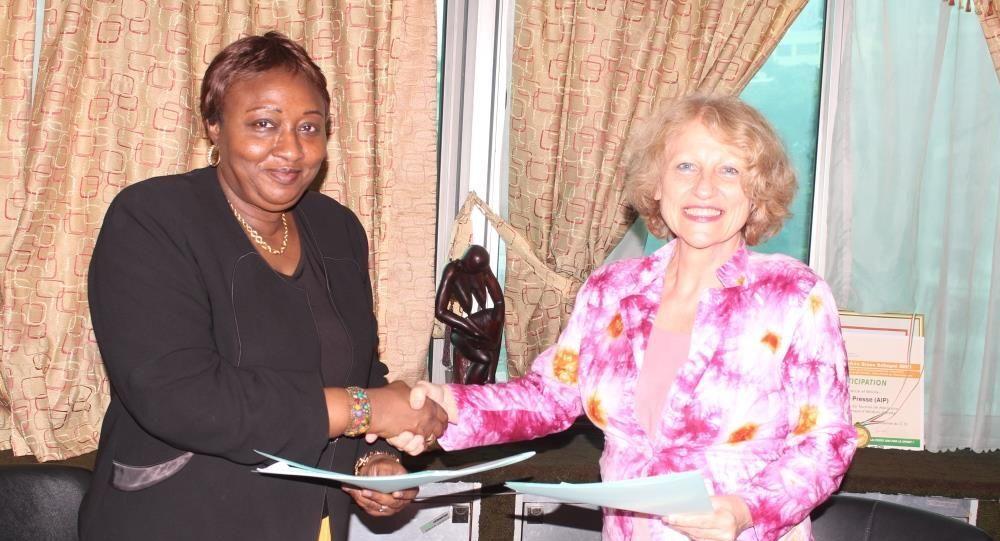 Échange de documents entre l'agence russe Sputnik représentée par la coordinatrice du pôle Afrique de Sputnik France et Oumou Sana Barry, directrice centrale de l'Agence ivoirienne de presse (AIP)