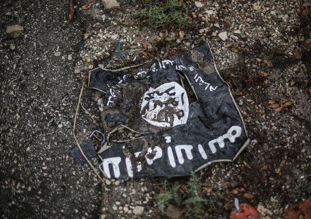 Le drapeau de l'organisation islamiste radicale État islamique d'Irak et du Levant sur les lieux des combats dans la province de Lattaquié.