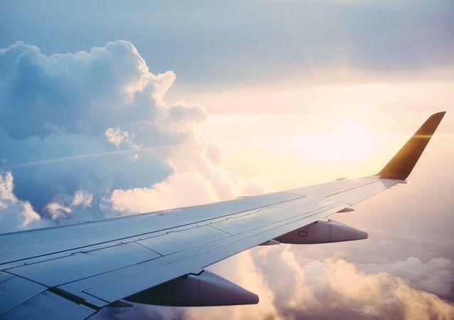 Un avion dans le ciel, image d'illustration