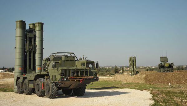 Un système sol-air S-400 déployé à la base de Hmeimim en Syrie (archive photo) - Sputnik France