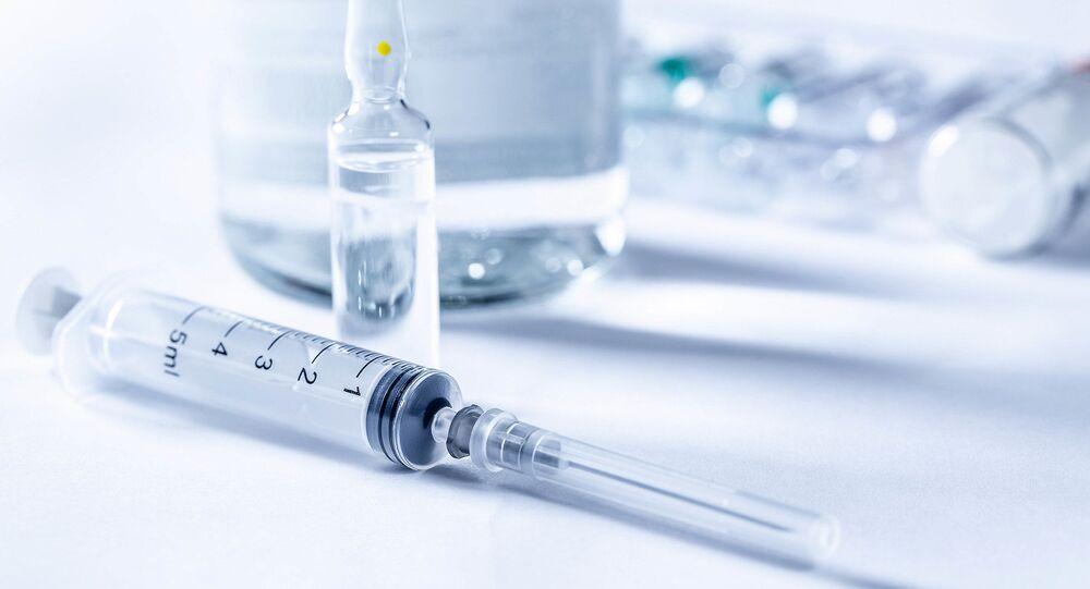 Un médicament en ampoule et une seringue (image d'illustration)