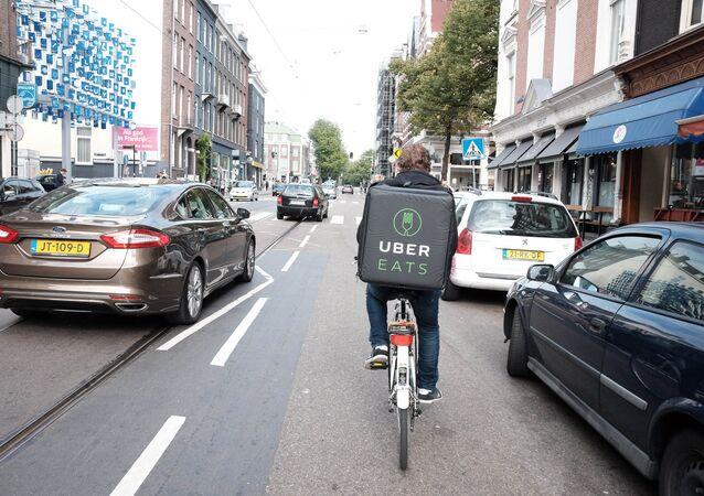 livreur de la société Uber Eats, image d'illustration