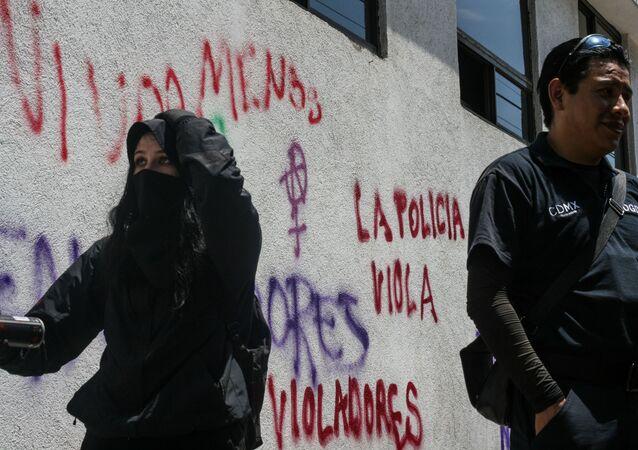 Manifestation réclamant justice après  le viol d'une adolescente  par quatre policiers à Mexico