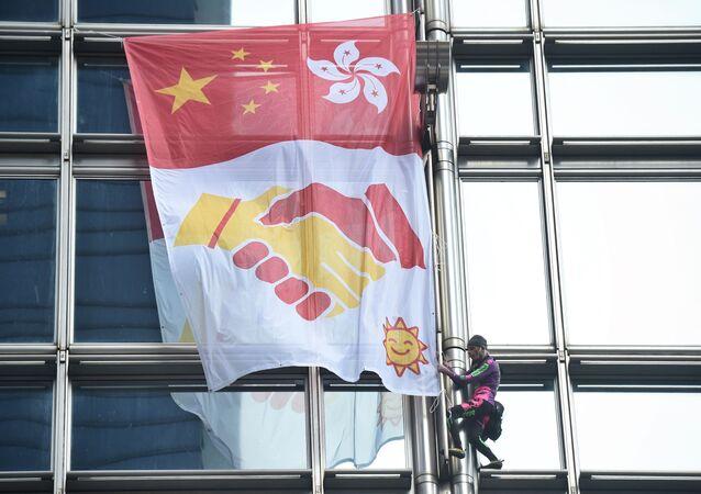 Alain Robert sur un gratte-ciel de Hong Kong
