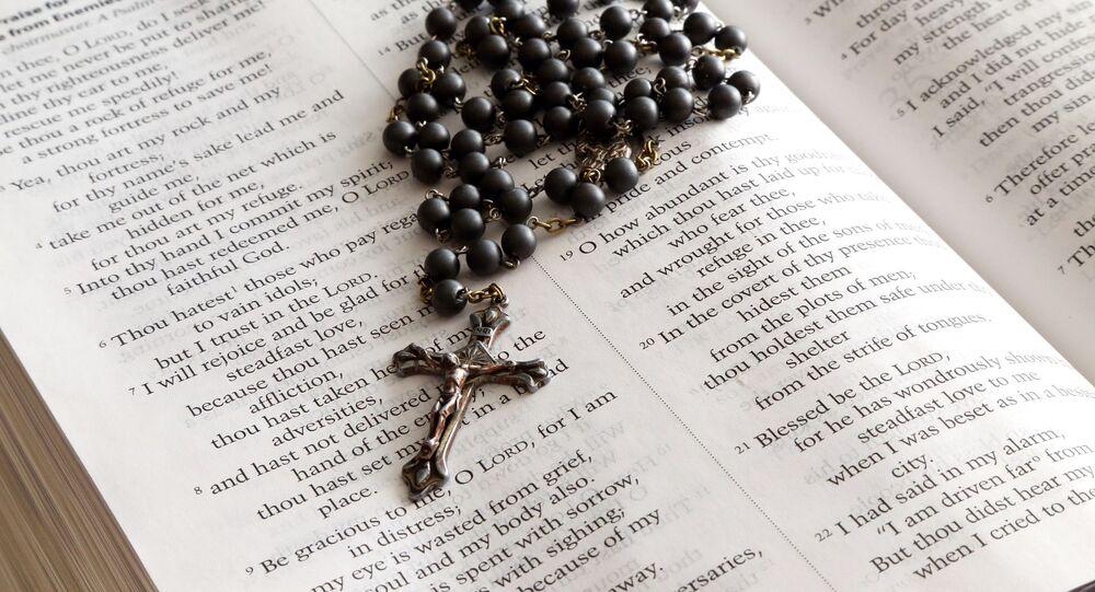 Une croix sur la Bible