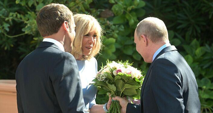 Vladimir Poutine offre un bouquet de fleurs à Brigitte Macron, le 19 août 2019