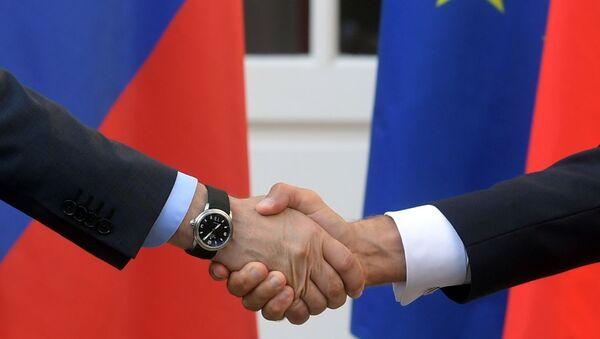 Une poignée de main de Macron et Poutine lors de la visite de ce dernier au fort de Brégançon - Sputnik France