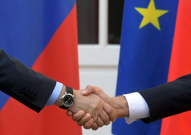 Poignée de main de entre Macron et Poutine