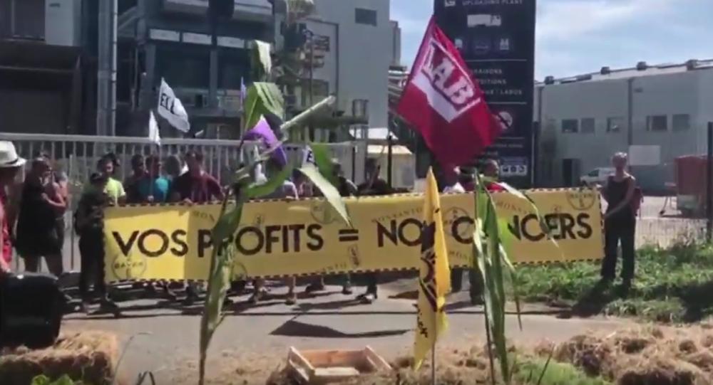des écologistes bloquent une usine de Bayer-Monsanto et dénoncent le G7
