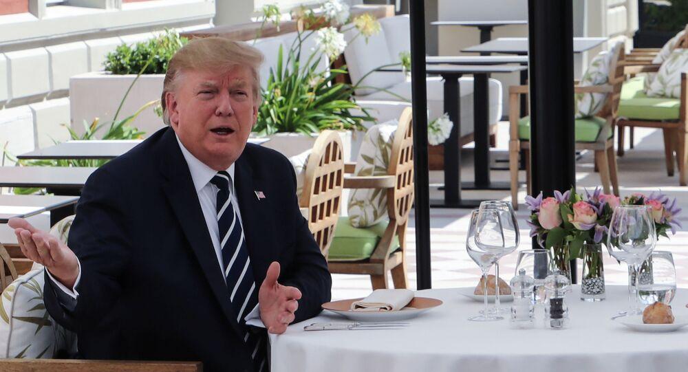Donald Trump lors d'un déjeuner avec Emmanuel Macron au G7, à Biarritz
