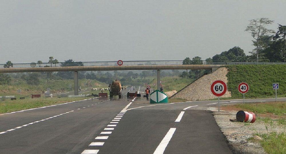 Un tronçon de l'autoroute du nord. Cette voie à grande circulation a rapproché les deux capitales économique (Abidjan) et politique (Yamoussoukro) de la Côte d'Ivoire