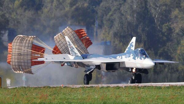 Un chasseur multirôle Su-57 atterrit sur l'aérodrome de Joukovski - Sputnik France