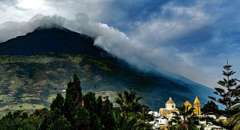Une éruption du volcan Stromboli
