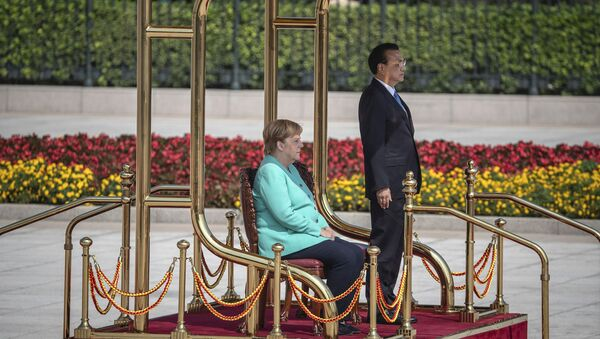 Chinese Premier Li Keqiang, right, and German Chancellor Angela Merkel listen to their countries national anthems during a welcome ceremony at the Great Hall of the People in Beijing Friday, Sept. 6,  2019 - Sputnik France