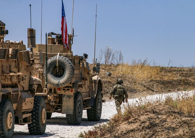 Des véhicules blindés de la coalition dirigée par les États-Unis patrouillent dans la ville de Ras al-Ain, dans la province syrienne de Hasakeh, le 28 juillet 2019.