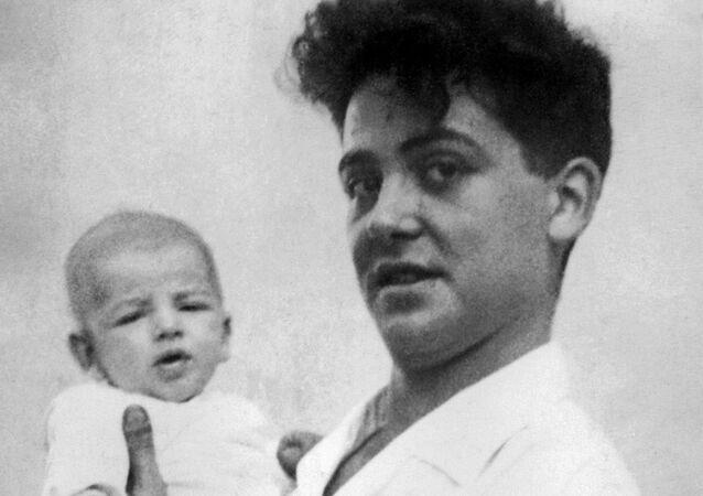 Maurice Audin avec un des ses trois enfants
