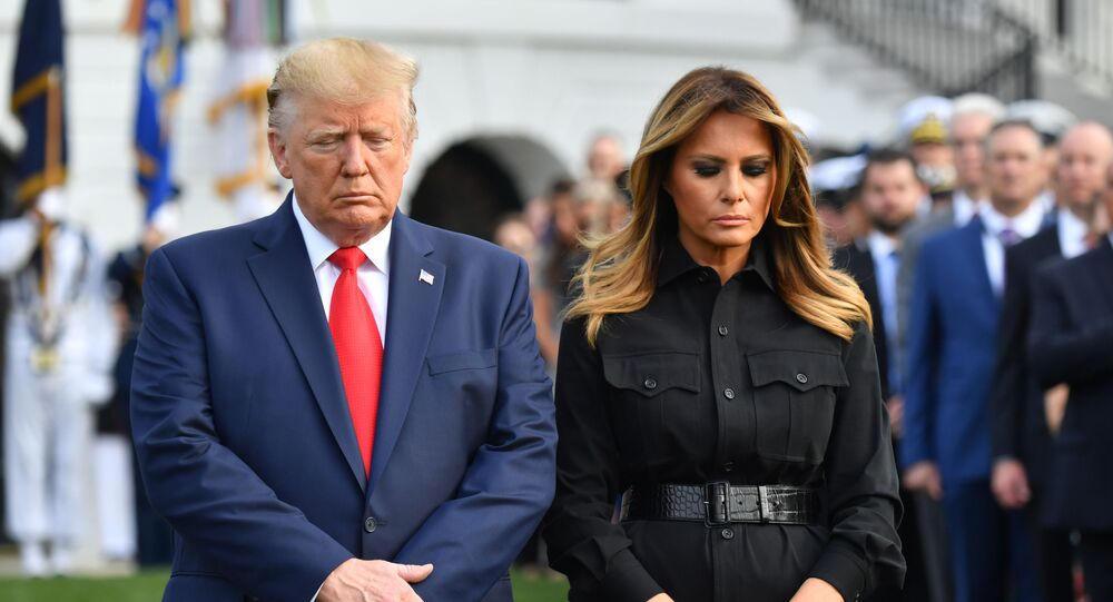 Melania et Donald Trump observent une minute de silence devant la Maison-Blanche à l'occasion du 18e anniversaire des attentats du 11 septembre
