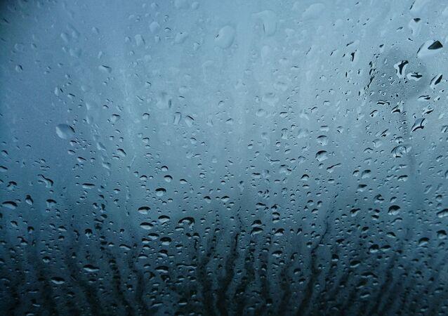 De l'eau sur une vitre