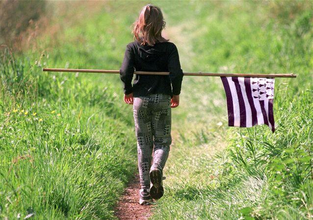 Une jeune fille porte un drapeau breton, image d'illustration