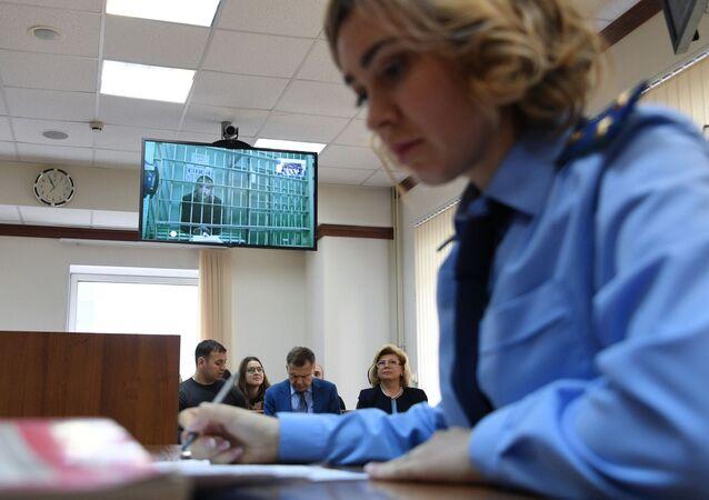 L'acteur Oustinov participant à son audience par vidéoconférence depuis un centre de détention provisoire