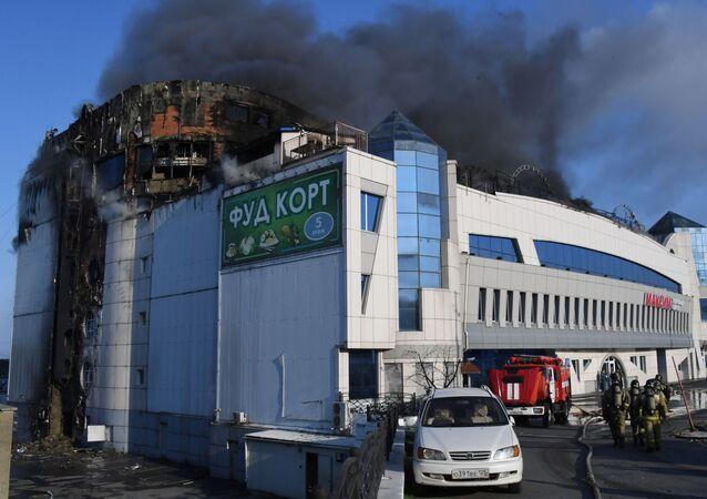 Un violent incendie se déclare dans un centre commercial à Vladivostok