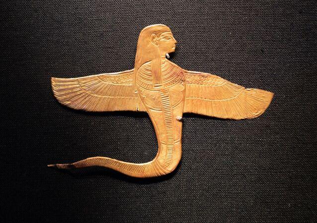 Uraeus à tête humaine muni d'ailes, 1336-1326 av. J.-C. L'Uraeus est un cobra femelle qui a pour fonction de protéger le pharaon contre ses ennemis