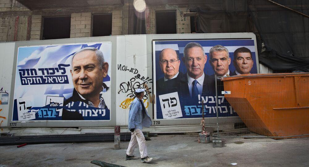 Des affiches de la campagne électorale avec les portraits de Benyamin Netanyahou, à gauche, et les dirigeants de Kakhol Lavan, à droite