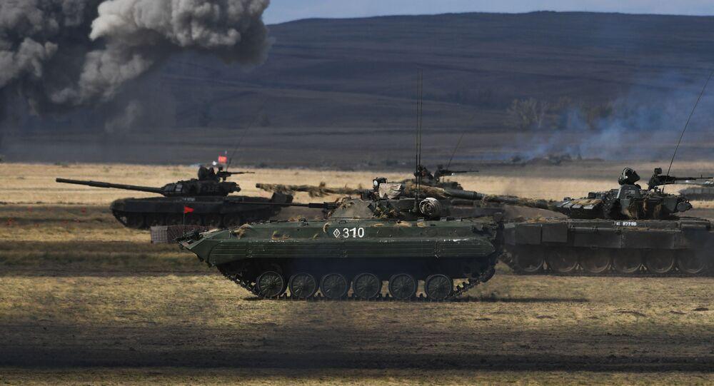 un blindé et des chars russes lors des manœuvres
