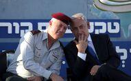 Le Premier ministre israélien Benjamin Netanyahu, à droite, s'entretient avec le chef d'état-major israélien, le lieutenant général Benny Gantz, lors d'une cérémonie de remise de diplômes à des officiers de la marine dans la ville portuaire de Haïfa, au nord d'Israël, le mercredi 11 septembre 2013.  Netanyahu a salué l'initiative russe pour que la Syrie renonce à ses armes chimiques, mais a déclaré que ses bailleurs de fonds doivent vérifier que Damas s'engage effectivement et se désarme de toutes les armes chimiques (AP Photo/Dan Balilty).