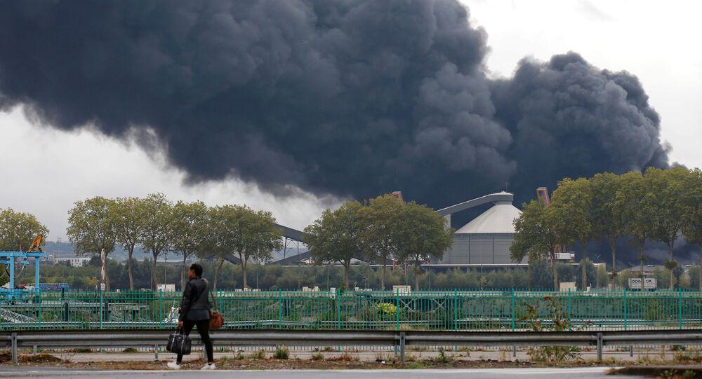La fumée dégagée par l'incendie de l'usine Lubrizol à Rouen