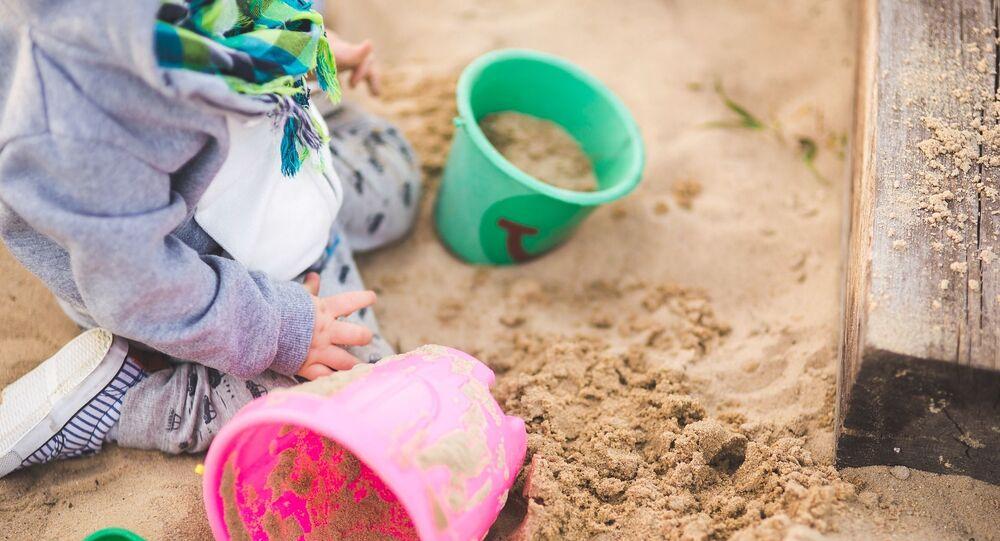 Un enfant dans un bac à sable (image d'illustration)