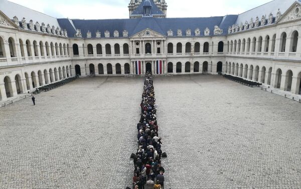 Une longue file d'hommage populaire à Jacques Chirac à Paris - Sputnik France