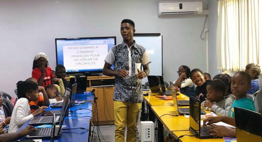 Alain Youdjeu anime une session de formation de blogging dédiée aux enfants.