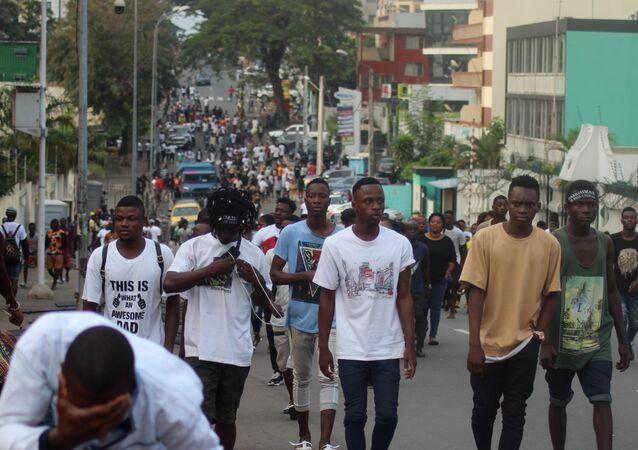 De jeunes Ivoiriens marchant dans une rue du Plateau, le quartier des affaires d'Abidjan