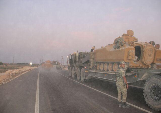 Des troupes turques à la frontière avec la Syrie