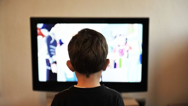 un garçon devant la télé - Sputnik France