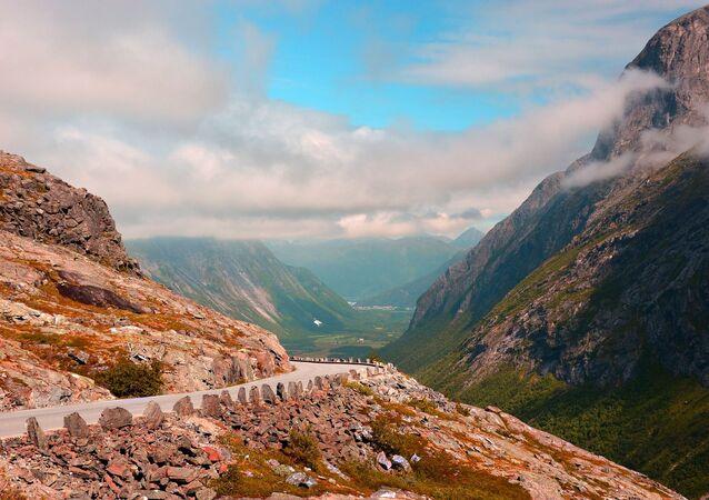 une route de montagne (image d'illustration)