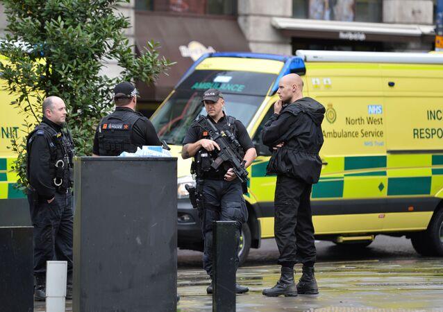 Des  policiers près du centre commercial Arndale, à Manchester